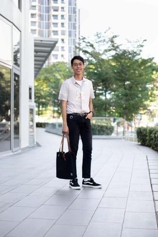 Come indossare e abbinare jeans neri: Abbina una camicia a maniche corte a fiori rosa con jeans neri per un pranzo domenicale con gli amici. Questo outfit si abbina perfettamente a un paio di sneakers basse di tela nere e bianche.