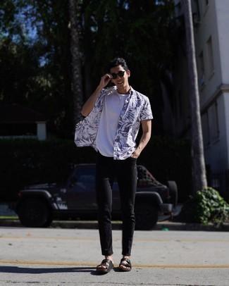 Come indossare e abbinare occhiali da sole marrone scuro: Scegli un outfit composto da una camicia a maniche corte stampata bianca e blu scuro e occhiali da sole marrone scuro per un look comfy-casual. Non vuoi calcare troppo la mano con le scarpe? Calza un paio di sandali in pelle neri per la giornata.