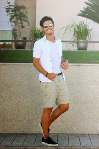 Come indossare e abbinare: camicia a maniche corte bianca, t-shirt girocollo bianca, pantaloncini marrone chiaro, sneakers basse di tela nere