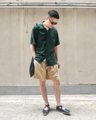 Come indossare e abbinare: camicia a maniche corte verde scuro, t-shirt girocollo bianca, pantaloncini marrone chiaro, mocassini eleganti in pelle neri
