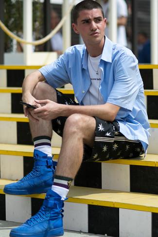 Moda ragazzo adolescente: Indossa una camicia a maniche corte azzurra con pantaloncini stampati neri per affrontare con facilità la tua giornata. Non vuoi calcare troppo la mano con le scarpe? Scegli un paio di sneakers alte in pelle scamosciata blu come calzature per la giornata.