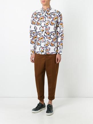 Come indossare e abbinare: camicia a maniche lunghe a fiori bianca, chino terracotta, sneakers basse in pelle a fiori nere