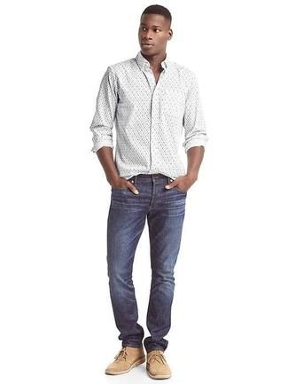 Come indossare e abbinare: camicia a maniche lunghe a fiori bianca, jeans blu scuro, chukka in pelle scamosciata marrone chiaro