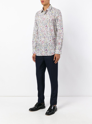 Come indossare e abbinare: camicia a maniche lunghe a fiori bianca, pantaloni eleganti blu scuro, scarpe derby in pelle nere