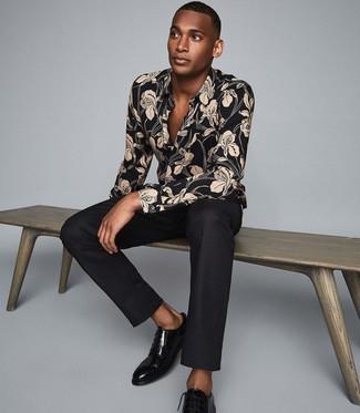 Come indossare e abbinare: camicia a maniche lunghe a fiori nera, pantaloni eleganti neri, scarpe derby in pelle nere