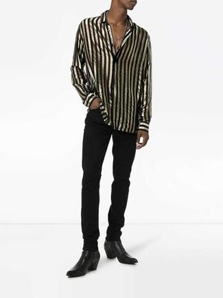 Come indossare e abbinare: camicia a maniche lunghe a righe verticali nera e dorata, jeans neri, stivali chelsea in pelle neri