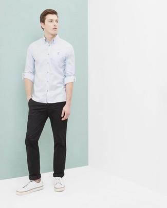 Come indossare e abbinare: camicia a maniche lunghe azzurra, chino neri, sneakers basse di tela bianche
