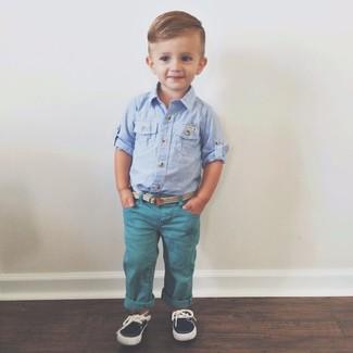 Come indossare e abbinare: camicia a maniche lunghe azzurra, jeans foglia di tè, scarpe da barca blu scuro