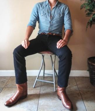 Come indossare e abbinare: camicia a maniche lunghe in chambray azzurra, jeans neri, stivali texani in pelle marroni, cintura in pelle marrone