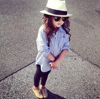 Come indossare: camicia a maniche lunghe azzurra, leggings neri, scarpe oxford marrone chiaro, borsalino bianco