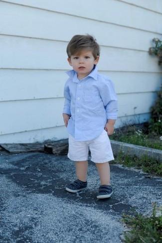 Come indossare e abbinare: camicia a maniche lunghe azzurra, pantaloncini bianchi, sneakers blu scuro