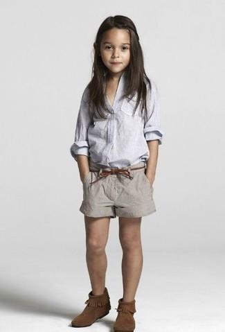 Come indossare: camicia a maniche lunghe azzurra, pantaloncini grigi, stivali ugg marrone scuro