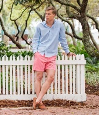 Come indossare: camicia a maniche lunghe azzurra, pantaloncini rosa, mocassini driving in pelle marrone chiaro, orologio in pelle marrone