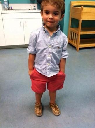 Come indossare e abbinare: camicia a maniche lunghe azzurra, pantaloncini rossi, scarpe da barca marrone chiaro