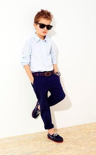 Come indossare e abbinare: camicia a maniche lunghe azzurra, pantaloni blu scuro, mocassini eleganti blu scuro