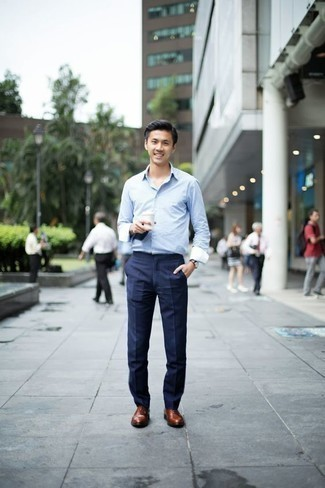 Come indossare e abbinare scarpe oxford in pelle marroni: Punta su una camicia a maniche lunghe azzurra e pantaloni eleganti blu scuro come un vero gentiluomo. Scegli uno stile classico per le calzature e scegli un paio di scarpe oxford in pelle marroni.