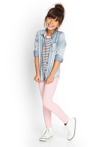 Come indossare: camicia a maniche lunghe di jeans azzurra, t-shirt a righe orizzontali bianca e blu scuro, leggings rosa, sneakers bianche