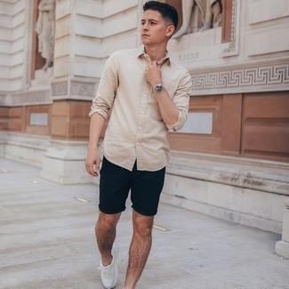 Come indossare e abbinare una camicia a maniche lunghe beige: Vestiti con una camicia a maniche lunghe beige e pantaloncini blu scuro per un look raffinato per il tempo libero. Opta per un paio di scarpe sportive bianche per un tocco più rilassato.