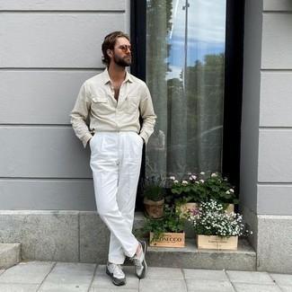 Come indossare e abbinare scarpe sportive grigie: Potresti combinare una camicia a maniche lunghe beige con pantaloni eleganti bianchi come un vero gentiluomo. Indossa un paio di scarpe sportive grigie per un tocco più rilassato.