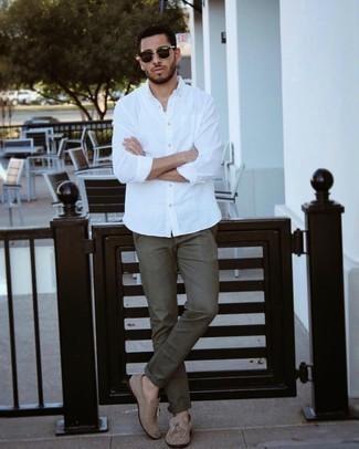 Trend da uomo 2021: Prova a combinare una camicia a maniche lunghe bianca con chino verde oliva per un outfit comodo ma studiato con cura. Scegli un paio di mocassini con nappine in pelle scamosciata marrone chiaro come calzature per un tocco virile.