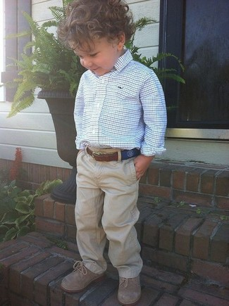 Come indossare: camicia a maniche lunghe bianca e blu, pantaloni marrone chiaro, scarpe oxford marrone chiaro