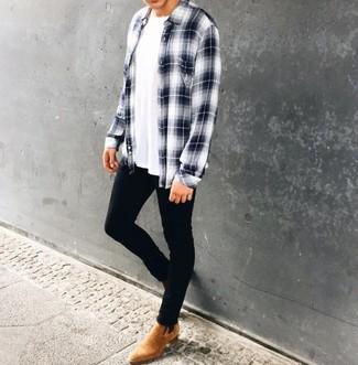 Come indossare e abbinare: camicia a maniche lunghe scozzese bianca e blu scuro, t-shirt girocollo bianca, jeans aderenti neri, stivali chelsea in pelle scamosciata marrone chiaro