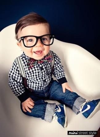 Come indossare e abbinare: camicia a maniche lunghe a quadretti bianca e nera, jeans blu scuro, sneakers blu scuro, papillon rosso