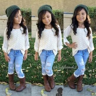 Come indossare: camicia a maniche lunghe di pizzo bianca, jeans azzurri, stivali marrone scuro, cuffia verde scuro