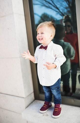 Come indossare: camicia a maniche lunghe bianca, jeans blu, sneakers bordeaux, papillon bordeaux