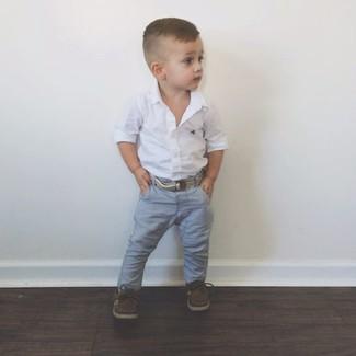 Come indossare: camicia a maniche lunghe bianca, jeans grigi, scarpe da barca marrone scuro
