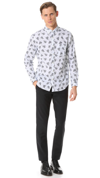 Come indossare e abbinare: camicia a maniche lunghe a fiori bianca, pantaloni eleganti neri, scarpe derby in pelle nere, calzini neri