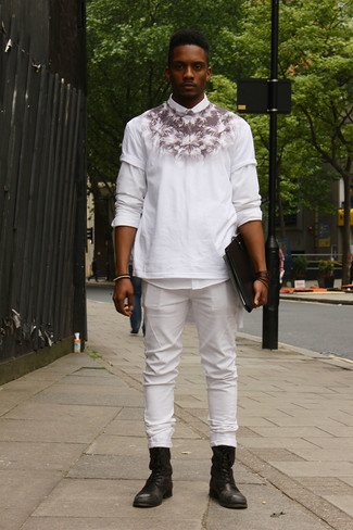 Come indossare e abbinare: camicia a maniche lunghe bianca, t-shirt girocollo stampata bianca e nera, jeans bianchi, stivali casual in pelle neri