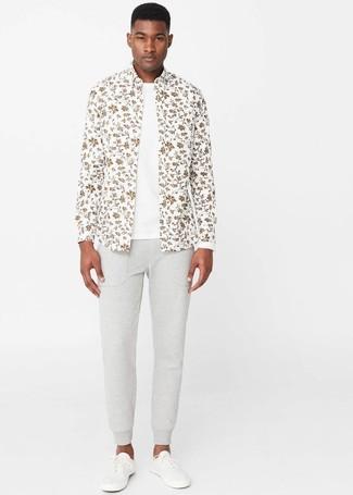 Come indossare e abbinare: camicia a maniche lunghe a fiori bianca, t-shirt girocollo bianca, pantaloni sportivi grigi, sneakers basse bianche