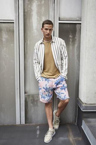 Come indossare e abbinare: camicia a maniche lunghe a righe verticali bianca, t-shirt girocollo marrone chiaro, pantaloncini da bagno a fiori rosa, sneakers basse beige