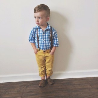 Come indossare: camicia a maniche lunghe blu, jeans gialli, mocassini eleganti marrone scuro