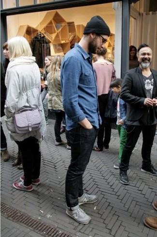 La versatilità di una camicia a maniche lunghe in chambray blu e jeans neri li rende capi in cui vale la pena investire. Perfeziona questo look con un paio di sneakers basse grigie.