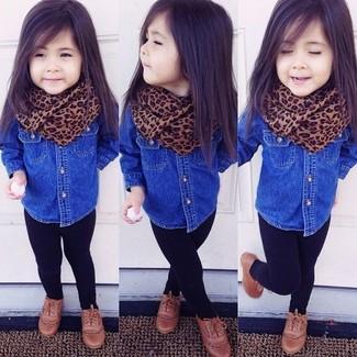 Come indossare e abbinare: camicia a maniche lunghe di jeans blu, leggings neri, scarpe oxford marroni, sciarpa marrone