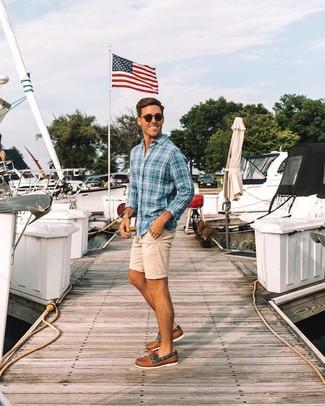 Come indossare e abbinare: camicia a maniche lunghe scozzese blu, pantaloncini beige, scarpe da barca in pelle marroni, occhiali da sole neri