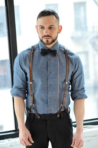 Come indossare e abbinare un papillon nero: Abbina una camicia a maniche lunghe in chambray blu con un papillon nero per un'atmosfera casual-cool.