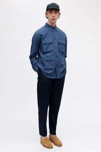 Trend da uomo 2020: Questa combinazione di una camicia a maniche lunghe blu scuro e chino blu scuro è perfetta per il tempo libero. Calza un paio di mocassini eleganti in pelle scamosciata marrone chiaro per dare un tocco classico al completo.