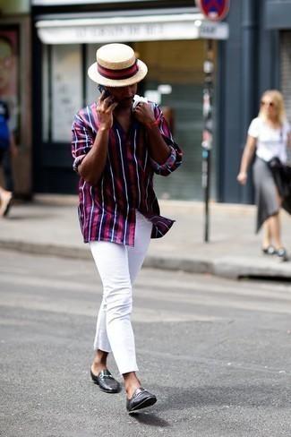 Come indossare e abbinare jeans bianchi: Indossa una camicia a maniche lunghe a righe verticali blu scuro e rossa e jeans bianchi per un look raffinato per il tempo libero. Sfodera il gusto per le calzature di lusso e indossa un paio di mocassini eleganti in pelle neri.