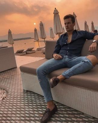 Trend da uomo 2021 in modo rilassato: Scegli una camicia a maniche lunghe blu scuro e jeans aderenti strappati blu per un look comfy-casual. Prova con un paio di mocassini driving in pelle marrone scuro per un tocco virile.
