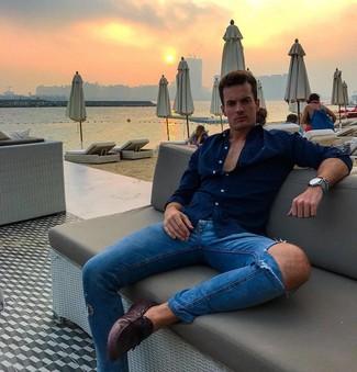 Come indossare: camicia a maniche lunghe blu scuro, jeans aderenti strappati blu, mocassini driving in pelle melanzana scuro