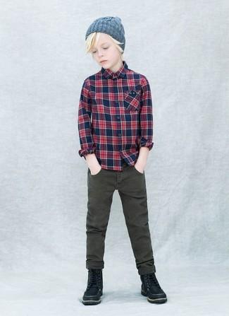 Come indossare e abbinare: camicia a maniche lunghe scozzese blu scuro, jeans verde oliva, stivali neri, berretto grigio