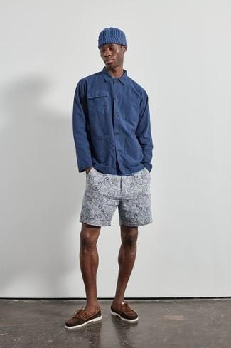 Trend da uomo 2020: Prova ad abbinare una camicia a maniche lunghe blu scuro con pantaloncini stampati grigi per un fantastico look da sfoggiare nel weekend. Scarpe da barca in pelle scamosciata marroni sono una interessante scelta per completare il look.