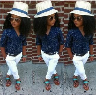 Come indossare: camicia a maniche lunghe blu scuro, pantaloni bianchi, sandali verde menta, borsalino bianco