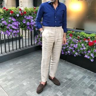 Come indossare e abbinare: camicia a maniche lunghe blu scuro, pantaloni eleganti beige, mocassini eleganti in pelle scamosciata marrone scuro, orologio argento