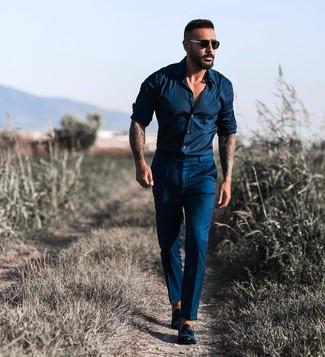 Come indossare e abbinare: camicia a maniche lunghe blu scuro, pantaloni eleganti blu scuro, mocassini con nappine in pelle neri, occhiali da sole neri