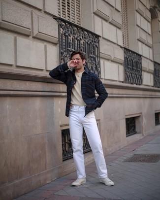 Come indossare e abbinare sneakers alte di tela bianche: Potresti indossare una camicia a maniche lunghe di flanella a righe orizzontali blu scuro e jeans bianchi per un fantastico look da sfoggiare nel weekend. Non vuoi calcare troppo la mano con le scarpe? Prova con un paio di sneakers alte di tela bianche per la giornata.