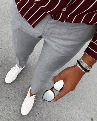 Come indossare: camicia a maniche lunghe a righe verticali bordeaux, pantaloni eleganti grigi, sneakers basse in pelle bianche, bracciale argento
